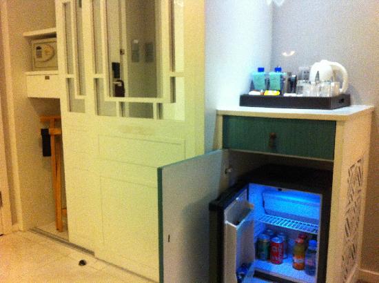 Dorsett Shanghai: 冰箱 