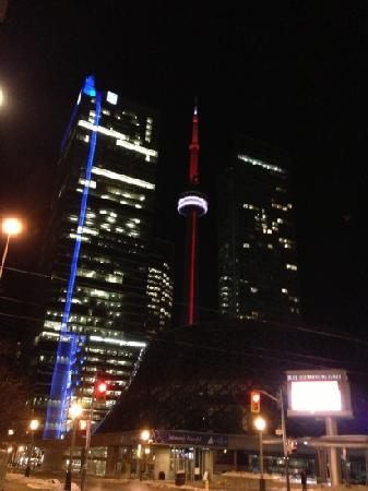 The Ritz-Carlton, Toronto: 夜景。右边是丽思卡尔顿酒店,中间是近在咫尺的CN塔