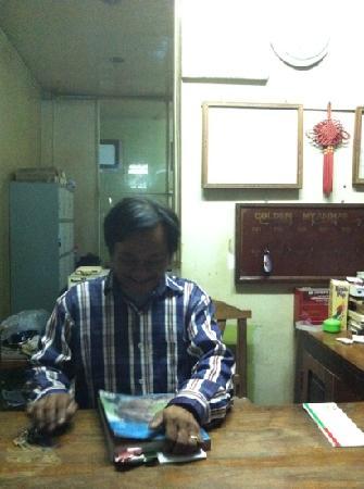 Golden Myanmar Guest House: 前台和老板