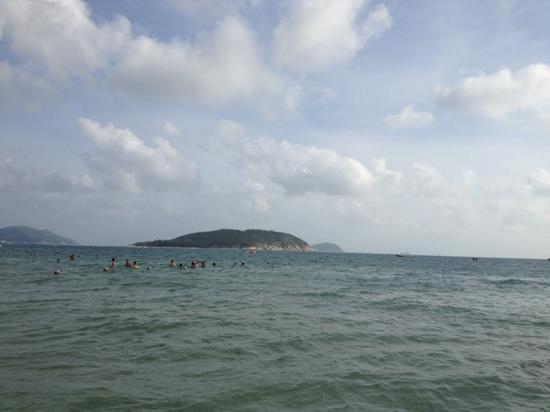 Yalong Bay: 1月份的亚龙湾还是有戏水的人
