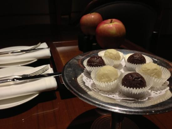 Regent Beijing: Welcome Fruit and chocolate