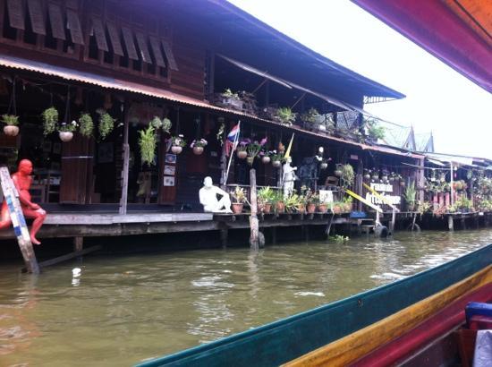 Black Rose Bar: 湄南河旁边的人家