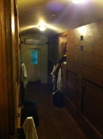 Suneta Hostel Khaosan: 我们住在柜子里yeah