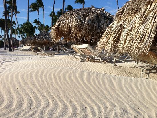 "Paradisus Palma Real Golf & Spa Resort: 有时候有点风大,会把沙滩上的细沙吹成一片""小沙漠""。"