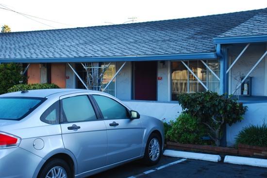 Ramada Limited Monterey: 酒店是一圈小平房