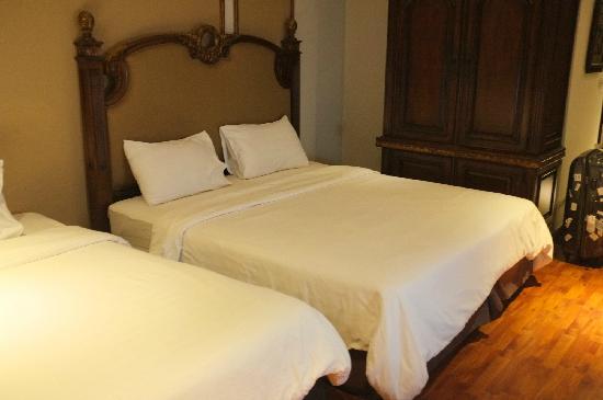 Miracle Suite: 大床偏硬,只有两个枕头