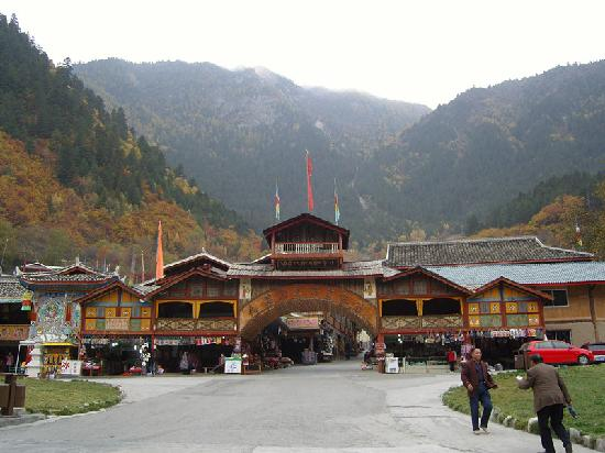 Jiuzhaigou National Arts Center: 九寨沟民族艺术中心