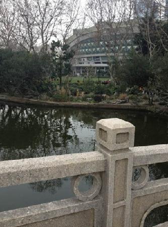 Lu Xun Memorial and Gravesite: 鲁迅公园
