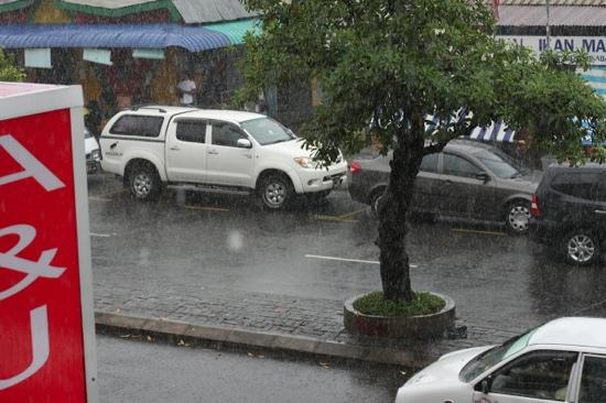 A & J Budget Hotel: 大雨滂沱