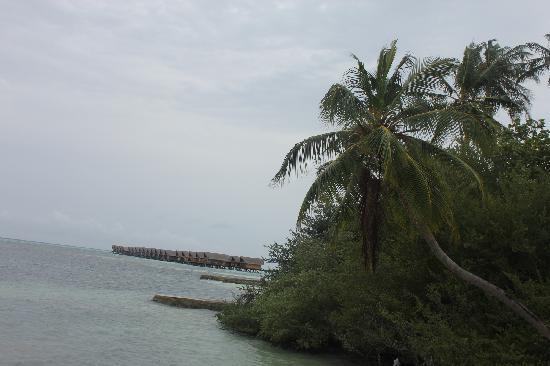 Adaaran Select Hudhuranfushi:                   远处看水屋