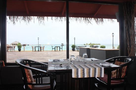 Adaaran Select Hudhuranfushi:                   水屋餐厅(午、晚)