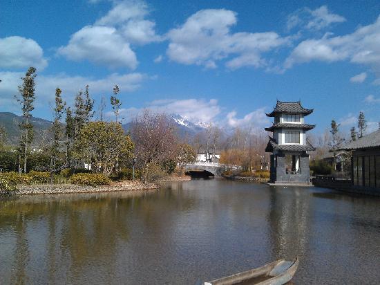 Pullman Lijiang Resort & Spa:                   从酒店中央的广场,能见到远处的玉龙雪山