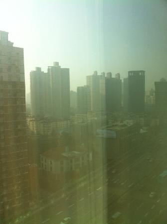 Hotel Nikko Shanghai: 窗外就是延安高架