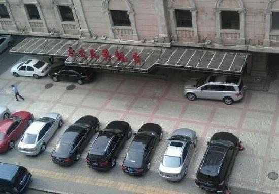 Dongjiao Minxiang Hotel:                   饭店与停车场
