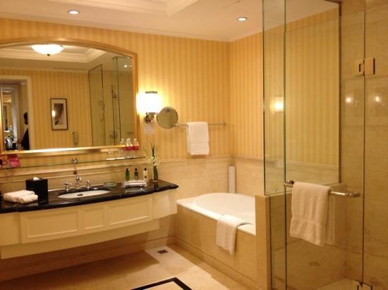Crowne Plaza Century Park Shanghai: 可能是上海最大的洗手间了