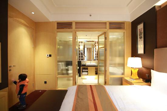 Courtyard by Marriott Shanghai Central:                   special bathroom
