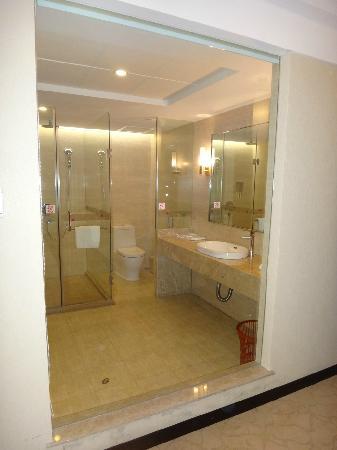 Ruixiang Fangzhi Hotel: 卫生间与客房之间是玻璃隔断