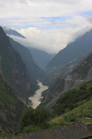 Shanghutiao Canyon: 回望上虎跳
