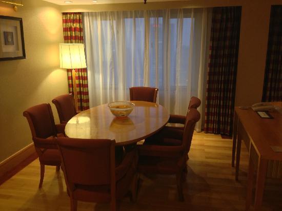 Renaissance Shanghai Yangtze Hotel: 餐桌