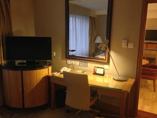 Renaissance Shanghai Yangtze Hotel: 卧室电视