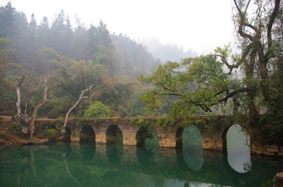 Seven Small Arches (Xiaoqikong): 小七孔桥
