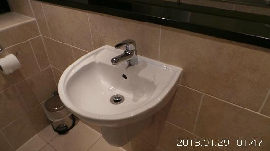 Legacy Rose & Crown Hotel: 这种洗手盆已经不多见了吧
