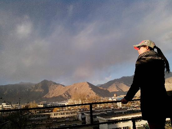 Lhasa Phuntsok Khasang International Youth Hostel :                   顶层俯瞰拉萨