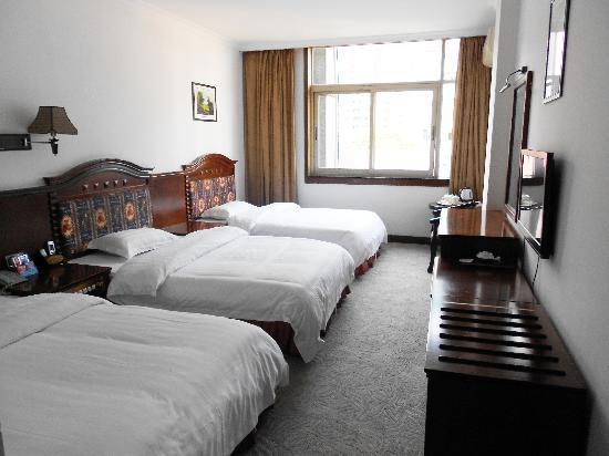 Detian Hotel: 豪华三人间