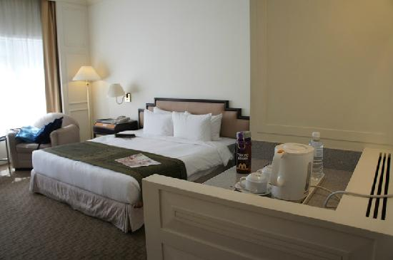 Hotel Istana: bed and mini bar