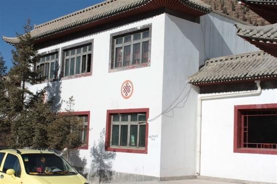 Silk Road Tsongkha Hotel: 白色的楼