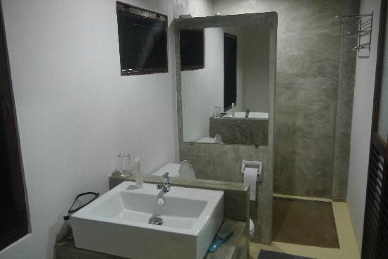 TR Residence: clean and designed bath room