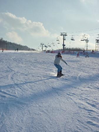 Holiday Inn and Suites Alpensia Pyeongchang Suite: 就是过年 人也不多 场地宽大 雪多无冰 设备也很新 滑起来轻松愉快 开心哦!