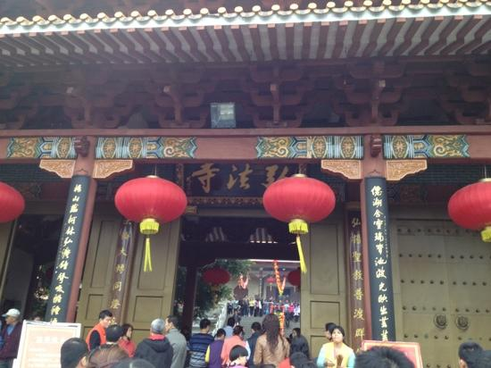 Hongfa Temple: 香火极旺
