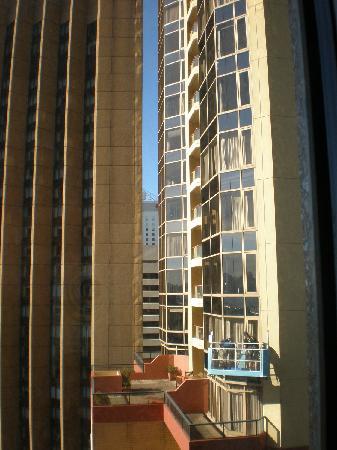 โรงแรมเชียงกรีล่า: 旁边的四季酒店。