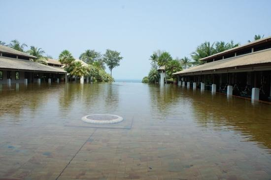 JW Marriott Phuket Resort & Spa :                   酒店引以为傲的水池