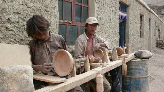 Burang County, China: 普兰国际市场中的手工业者