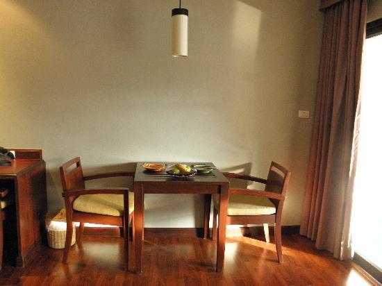 Novotel Samui Resort Chaweng Beach Kandaburi: 房间里的桌子和送的水果