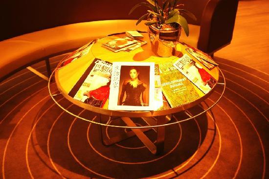 Mercure Paris Tour Eiffel Grenelle Hotel:                   酒店大堂休息区有很多中文杂志