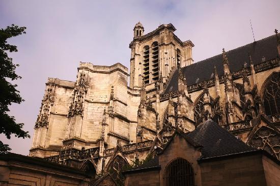 Le Champs des Oiseaux :                   出门右转就是当地标志——大教堂