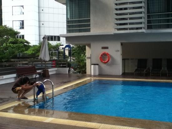 PARKROYAL Serviced Suites Kuala Lumpur:                   酒店一层的游泳池
