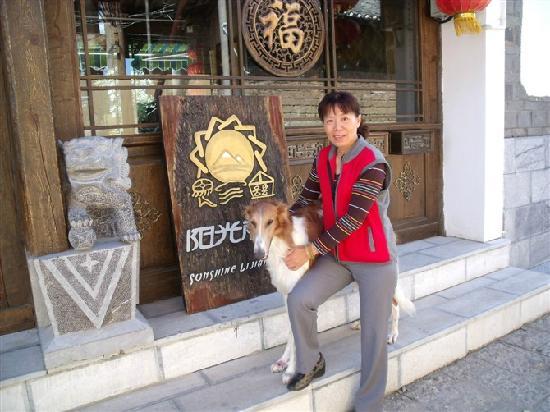 Huayang Nianhua Inn Lijiang Yangguang Lijiang: 超喜欢的狗狗Jakie