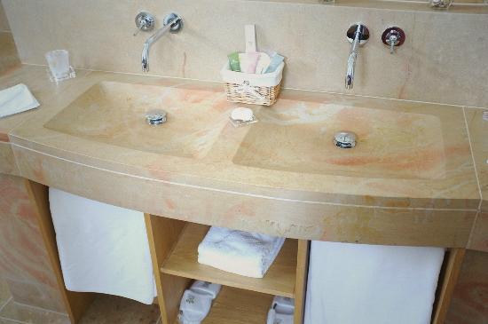 Relais & Chateaux - Hostellerie de Levernois: 装潢考究的盥洗台