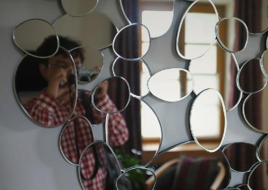 Relais & Chateaux - Hostellerie de Levernois: 客房中不多见的圆形线条装饰