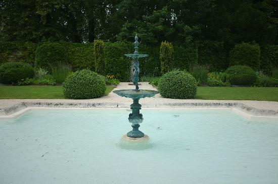 Relais & Chateaux - Hostellerie de Levernois: 花园中央的喷泉