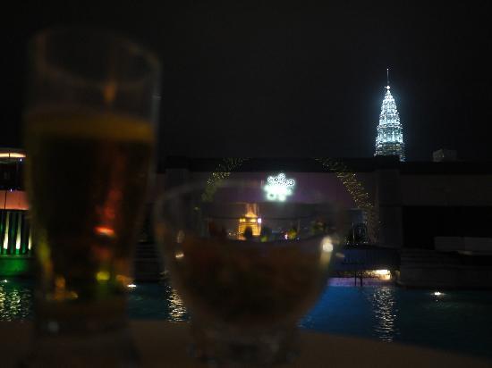 Pacific Regency Hotel Suites: luna酒吧,不是静吧,有DJ现场打碟,有游泳池,还能看见双子塔,上面还一层,但是要开酒才能上去,不过景色应该更好,