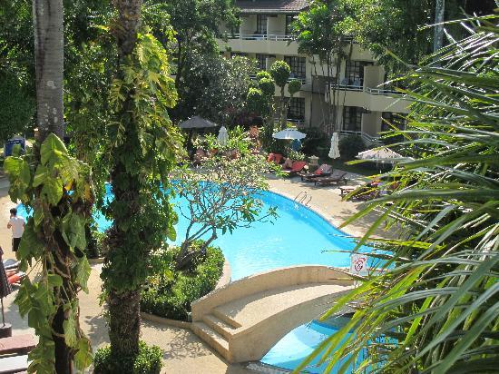 Thara Patong Beach Resort & Spa: 小的泳池,一边还有个大的
