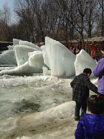 Xiangjulou: 饭馆中间的冰场