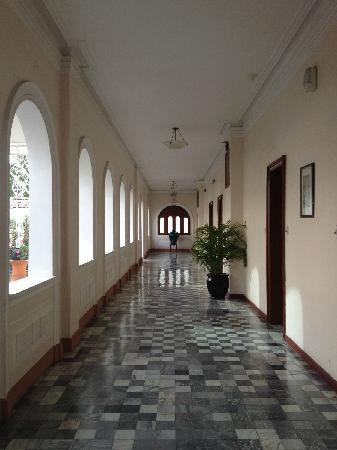 Hotel Continental Saigon: corridor