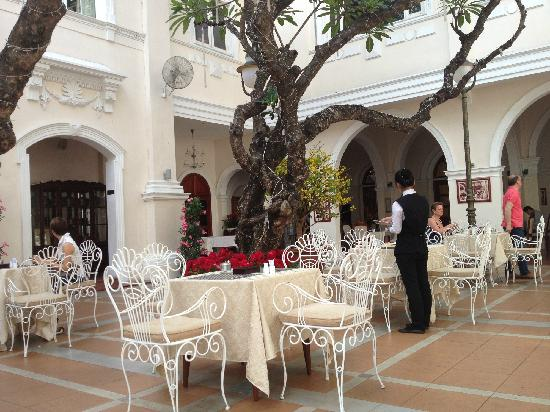 Hotel Continental Saigon: courtyard