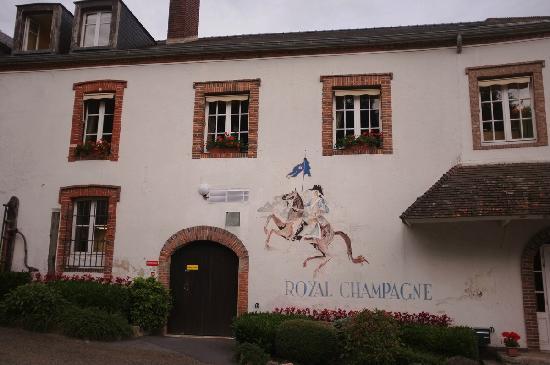 Royal Champagne: 墙面上的拿破仑与酒店名称